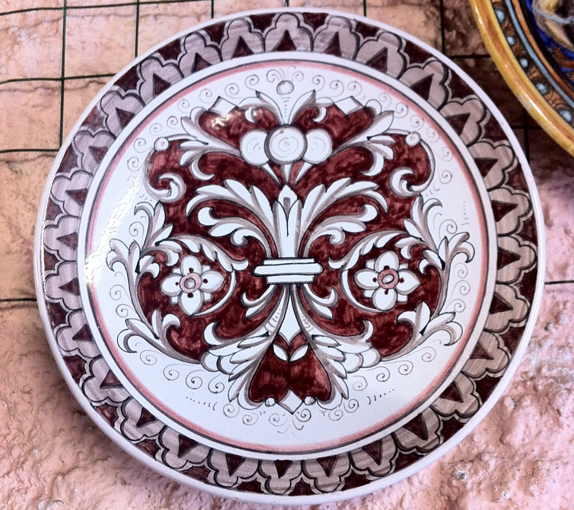 piatto dipinto a mano ornato rinascimentale